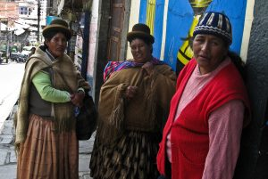 Photo illustrant des femmes dans la rue en Bolivie, avec Lifetime Projects