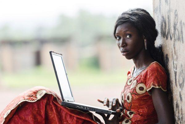 Photo : initiation à l'informatique au Cameroun