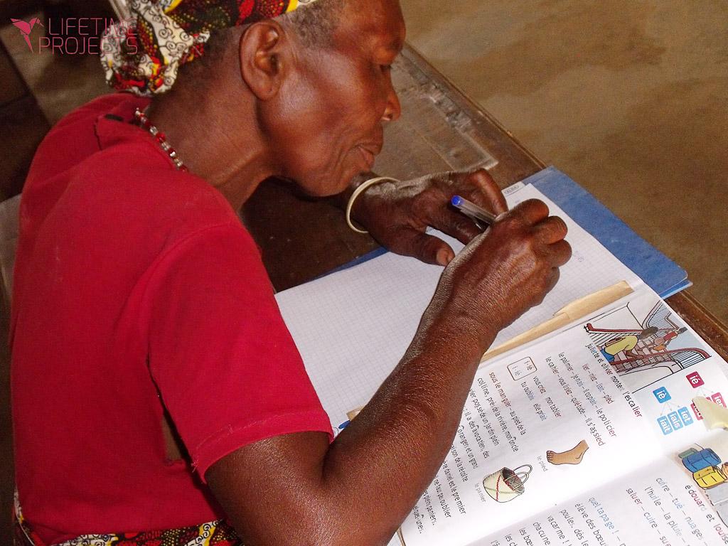 photo illustrant la mission d'alphabétisation pour les femmes au Cameroun, avec Lifetime Projects