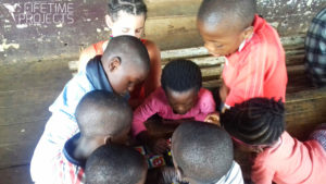 photo illustrant la mission humanitaire pour l'enfance dans un orphelinat au Cameroun, avec Lifetime Projects