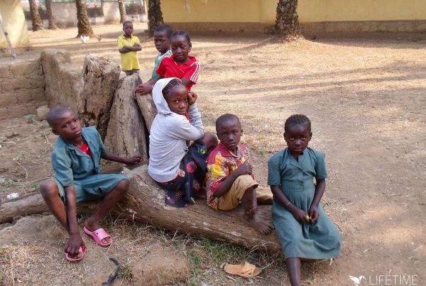 photo illustrant la mission d'accompagnement d'enfants dans un orphelinat au Cameroun, avec Lifetime Projects