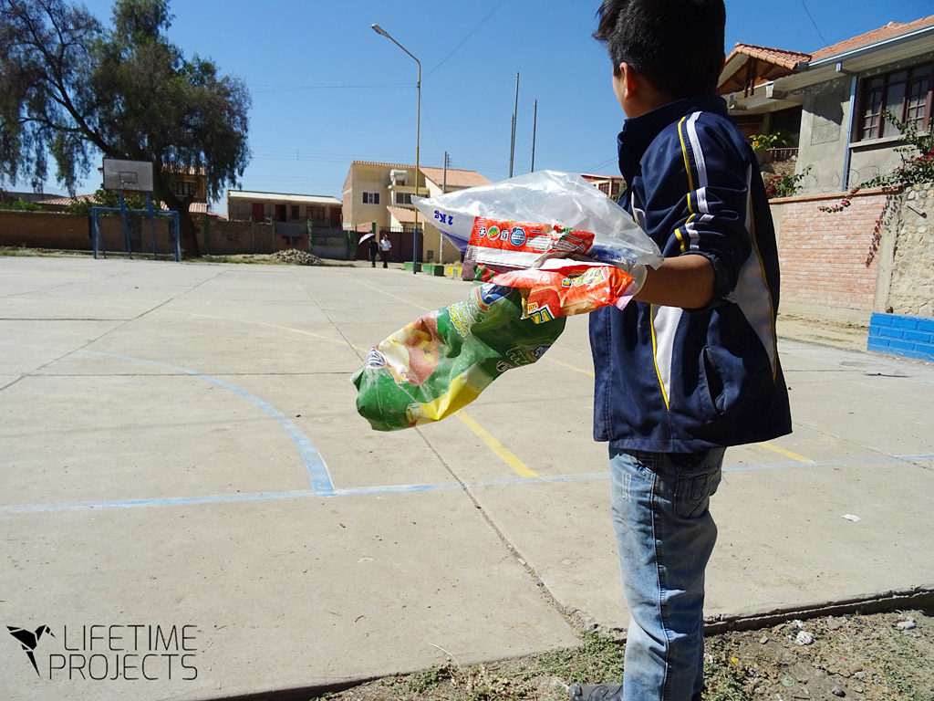 Photo illustrant un projet de Lifetime Projects en Bolivie : sensibilisation au ri des déchets dans un foyer infantile communautaire