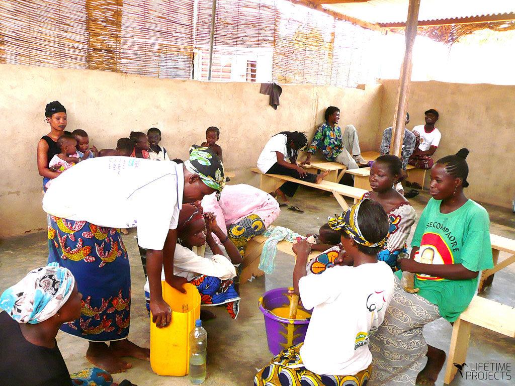 photo illustrant la mission d'émancipation des femmes avec les Savons d'Atta au Cameroun, avec Lifetime Projects