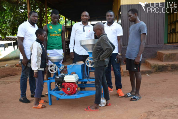"Photo illustrant l'article ""Un moulin pour l'orphelinat FACT au Cameroun"", avec Lifetime Projects"