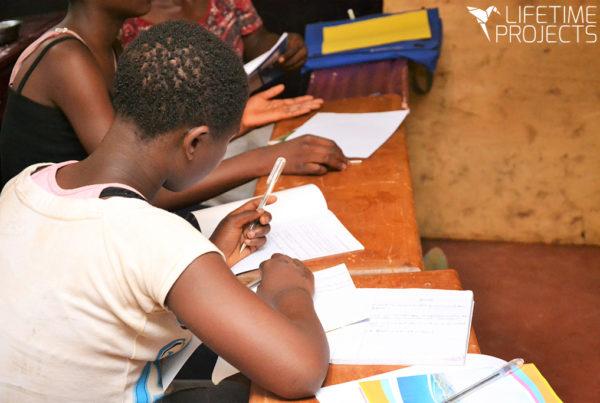 Photo illustrant les cours d'alphabétisation pour les femmes au Cameroun, avec Lifetime Projects