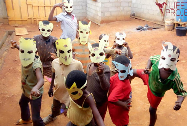 Photo de l'atelier théâtre, art-thérapie pour les enfants en orphelinat au Cameroun, avec Lifetime Projects